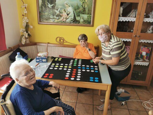 Kreativrunde bastelt für die Demenzgruppe